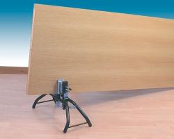 Обеспечивая быструю и надежную фиксацию, облегчает работу с дверными полотнами, панелями и т.д.