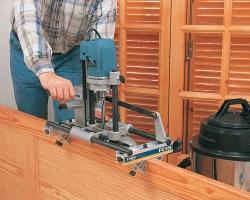 Возможность работы в горизонтальном положении, особенно полезен при серийной обработке не навешенных дверей.