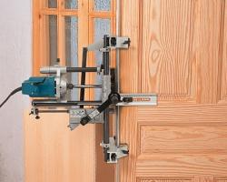Комплект FC116U включает установочную штангу, которая крепится к аппарату на высоте, выбранной для первой двери. После этого можно фрезеровать пазы на остальных дверях на той же высоте, без повторных замеров.