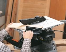 Верхний столик (307x375 мм) для вспомогательных работ. Глубина пропила регулируется от 0 до 55 мм