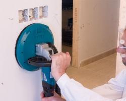 Благодаря размерам и удобной рукоятке позволяет осуществлять шлифование в труднодоступных местах, сохраняя полный контроль над инструментом.