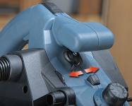 Возможность переключения направления выброса стружки и подключения шланга пылеудаляющего аппарата как справа, так и слева.