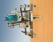 Система крепления инструмента позволяет выполнять пазы на уже установленных дверях, не повреждая их поверхности.