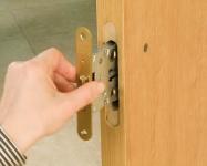 Позволяет выполнять пазы на дверях с притвором благодаря возможности изменить центровку аппарата по той части двери, где требуется прорезать паз.