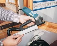 В комплект входят две взаимозаменяемые направляющие для прорезки пазов под углом 45º или прямых пазов.