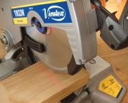 Лазер установлен на прижимной шайбе пильного диска, что обеспечивает точность при любом положении пильного диска