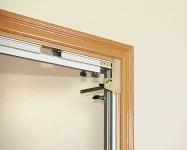 Установка наличников с помощью соответствующих упоров. Для снятия шаблона РВ83Е с установленной двери нет необходимости изменять установленные размеры. Таким образом, можно установить сколько угодно дверей одного размера.