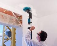 Шлифовальная тарелка может изменять угол относительно привода, что позволяет обеспечить правильное прилегание абразива к обрабатываемой поверхности, будь то стена или потолок.