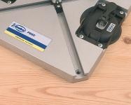 Фиксация базы осуществляется вакуумными присосками (включены в комплектацию) или винтами.