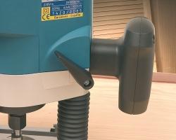 Рычаг блокировки глубины фрезерования находится в доступной зоне, в непосредственной близости от рукоятки.